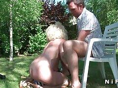 نگرو دختر و مادرش را کانال استیکر های سکسی فریب می دهد