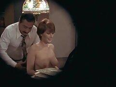 یک کانال های سکسیتلگرام خانم مسن با لباس زیر زنانه اروتیک خودش را لمس می کند