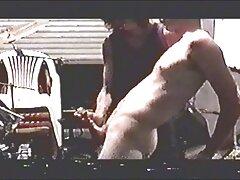 پیرمرد شگفت انگیز در حالی که در فضای کانال تلگرام فیلمهای پورن عمومی برهنه ظاهر می شود